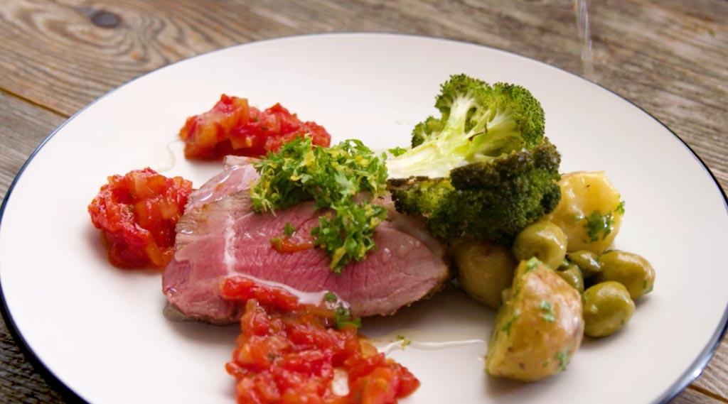 grillað lamba innlæri með brokkolí